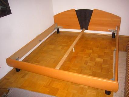 Doppelbett mit Rosten