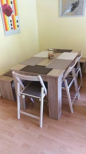 Esstisch, zwei Bänke, drei Klappstühle