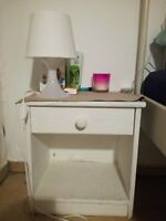 Weißer Nachttisch