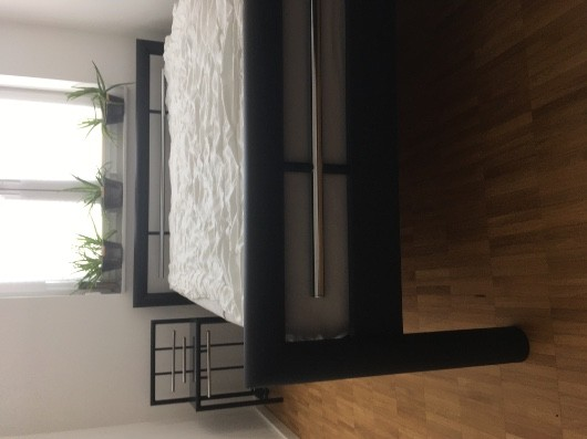 Bett mit hochwertiger Matratze