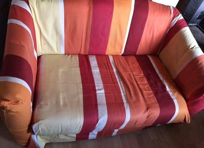 Kleines gemütliches Sofa mit Überzug