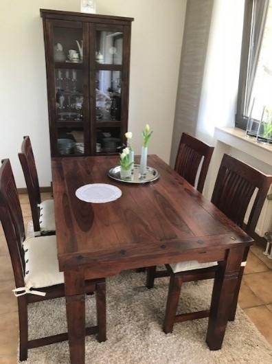 Esszimmertisch mit 4 Stühlen und passende Vitrine