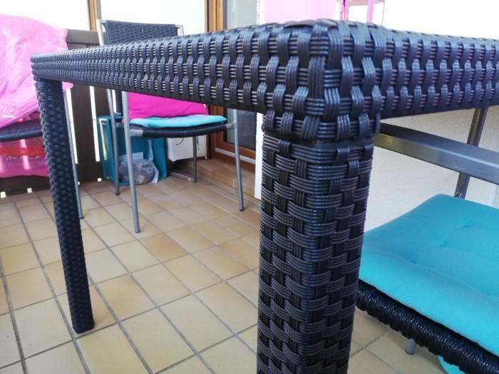 Schwarzer Gartentisch mit Glasplatte