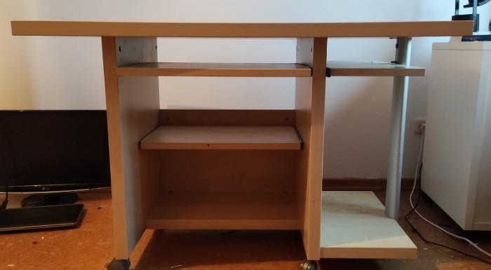 Grosser stabiler Schreibtisch