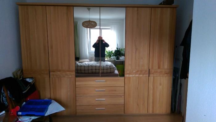 Großer Schlafzimmerschrank und Bett