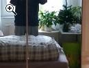 Großer Schlafzimmerschrank und Bett - Vorschaubild 1